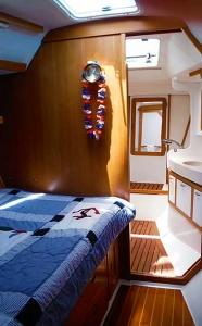 Sailing Dolphin bedroom & en-suite head